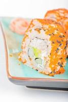 Kalifornien Maki Sushi mit Masago und Ingwer