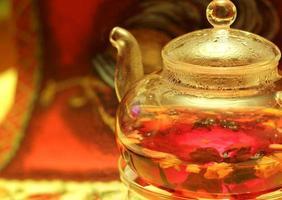 Teekanne mit roten Früchten foto