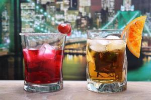 alkoholisches Getränk bunter Hintergrund