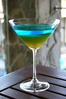 mehrfarbiger Cocktail mit Zitrone