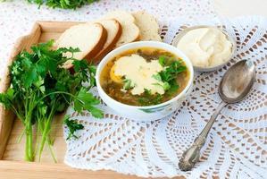 grüne Sauerampfer-Suppe mit Ei in Teller foto