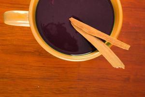 rote Suppe auf einer orangefarbenen Schüssel foto