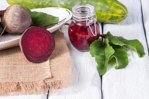 Rote Beete roter Holztisch