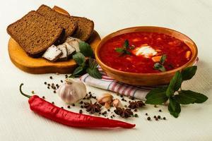 ukrainischer Borschtsch mit Chili und Knoblauch foto