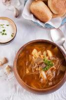 Redbeet-Suppe mit Pilzen und Brot