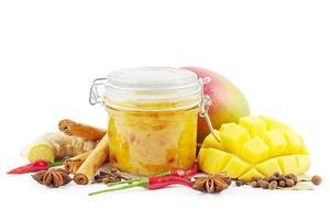Mango-Chutney auf Weiß foto