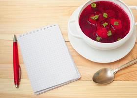 rote Suppe mit Dill foto