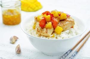 Mango Huhn unter Rühren mit Reis braten foto