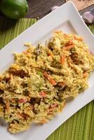 Huhn mit Reis, Limette und Currysauce