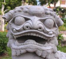 chinesische Löwenstatue in Wat Arun foto