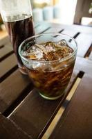 Cola-Glas und Cola-Flasche foto