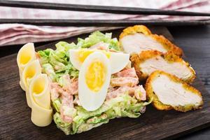 Hühnchen-Tempura-Salat foto