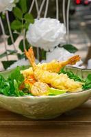 frische japanische Tempura-Garnelen mit Salat foto