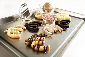 Kekse als Euro-Zeichen auf Backblech gebildet foto