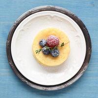 Zitronen leckerer Puddingkuchen mit Beeren serviert foto