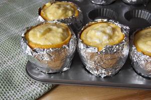 Orangen gefüllt mit Buttercreme. horizontales Bild. foto