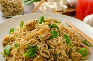 chinesische Nudeln mit Tofu und Cashewnüssen