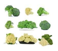 frischer Blumenkohl und Brokkoli auf einem weißen Hintergrund foto