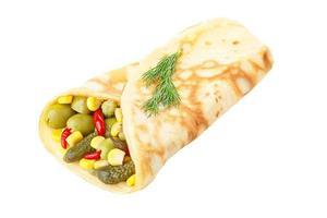 vegetarischer Crêpe gefüllt mit eingelegtem Gemüse foto