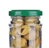 grüne Oliven in einem Glas. foto