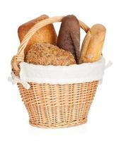 Picknickkorb mit verschiedenen Broten foto
