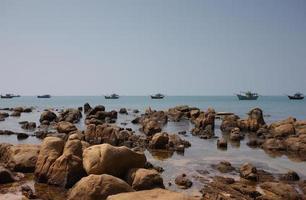 wilder Strand mit Felsen bei Co Thach, Binh Thuan, Vietnam foto