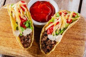 Tacos mit Hackfleisch mit Gemüse und Tomaten foto