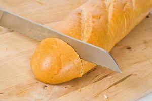 Messer schneidet französisches Baguette foto