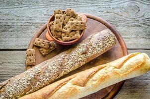 Baguettes aus Weizen und Roggen foto