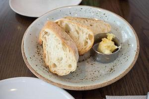 Baguettebrot mit kleiner Butterschleife foto