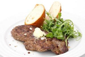 perfektes Schweinebraten-Rib-Eye-Steak mit Baguette foto