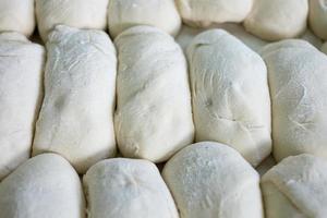 Tablett mit frisch zubereitetem rohem Brotteig