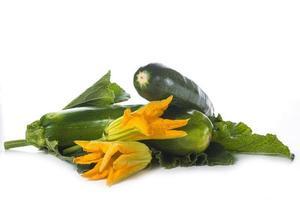 Zucchini mit Blättern und Blüten