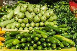 grüner Kürbis auf dem Bauernmarkt foto