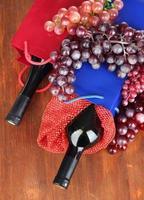 Geschenkboxen mit Weinen auf Holztisch Nahaufnahme foto