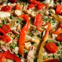 valencianische Paella mit Meeresfrüchten und Tomaten