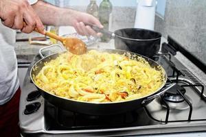 Zubereitung von Paella - spanischer Küche