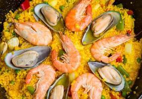 Paella - traditioneller spanischer Tellerhintergrund foto
