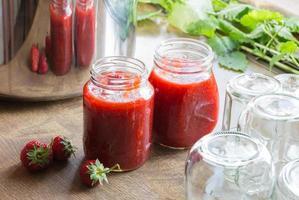 Erdbeermarmelade kochen füllen die Marmelade foto