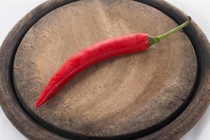 rote Chilis auf Hackklotz