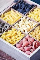 italienisches Nudelsortiment des Hintergrunds verschiedener Farben foto