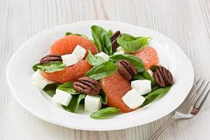 Spinat-Grapefruit-Ziegenkäse-Salat mit Pekannuss foto