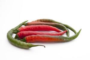 rote und grüne Chilischoten foto