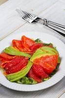 Salat aus geräuchertem Lachs, Avocado und Grapefruit foto