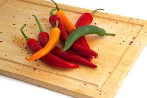 bunte chilis auf brett foto