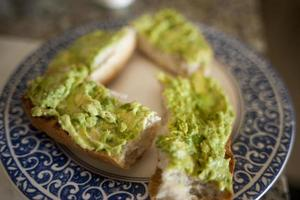 Avocado auf Brot foto