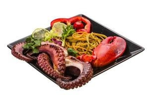 Meeresfrüchte-Nudeln mit Tintenfisch und Hummerbein foto