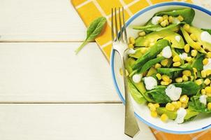 Salat mit Mais, Spinat und Avocado