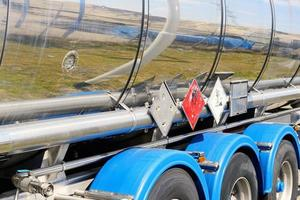 rotes Warnschild an der Seite des metallischen Kraftstofftankers foto
