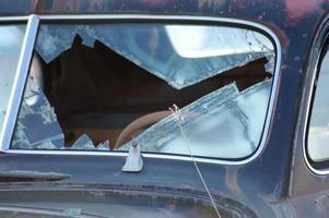 klassisches Autowrack - zerbrochenes Fenster foto